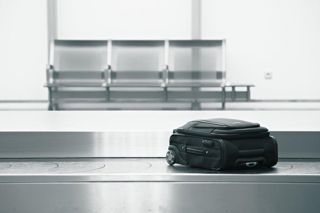 Kuffert på bagagebånd