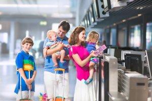 Glad familie i lufthavnen